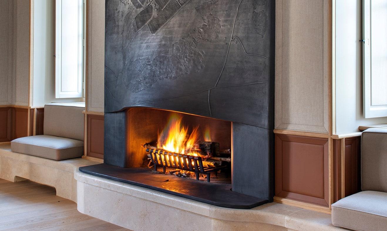 vue du feu allume dans la cheminee du grand salon