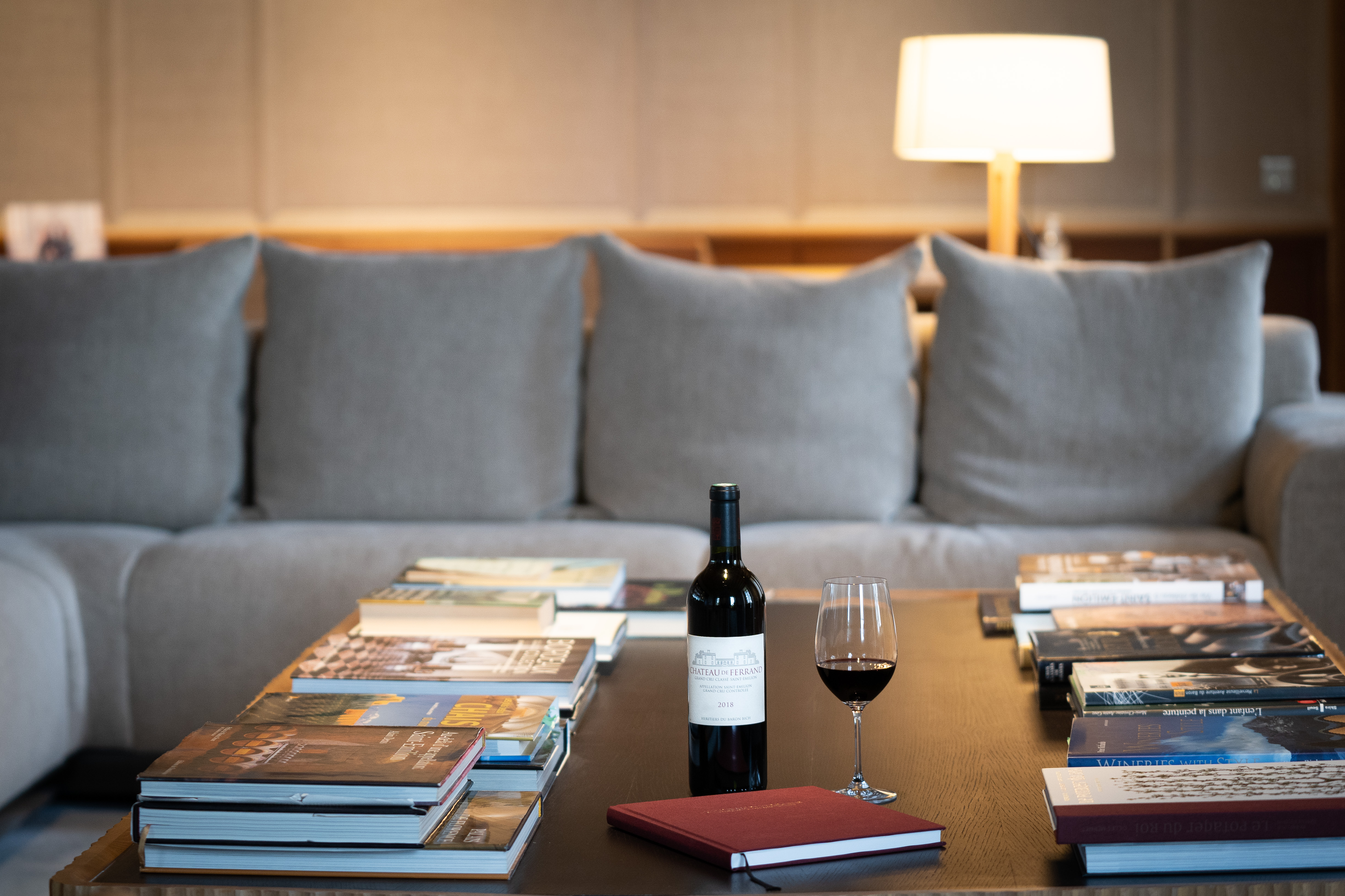 vue de la table du grand salon avec un verre de vin