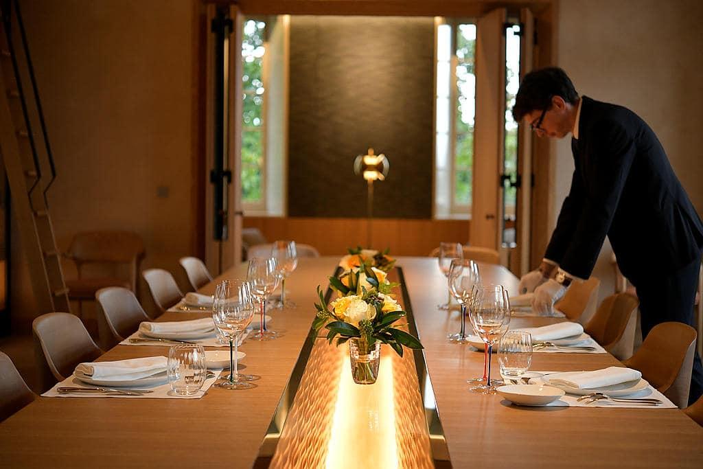 installation de la table dans la salle a manger du chateau
