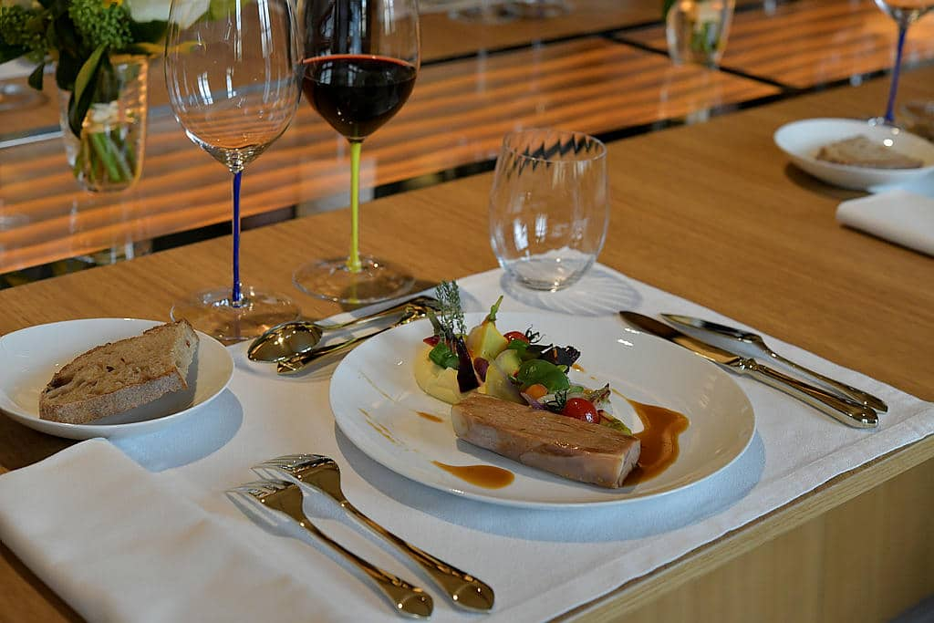 repas gastronomique a la table privee du chateau
