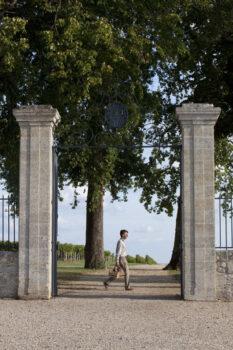 sommelier marchant devant le portail de l'entree principale