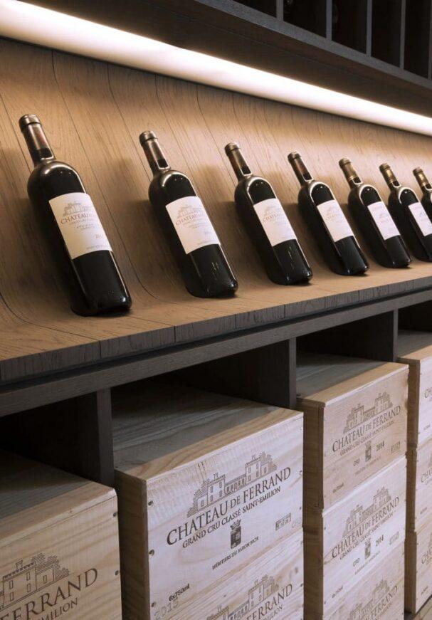 bouteilles et caisses en bois presentees dans la boutique